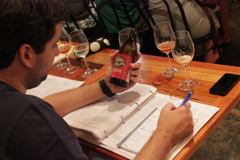 Durante o cursoo aluno degusta 80 rótulos de cervejae aprende a interpretar cada estilo, anotando tudo em seu relatório de degustações (Foto: Luiz Fontenelle)