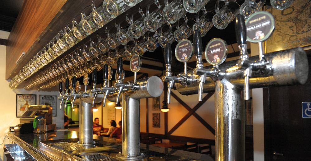 Mensalmente o pub promove um rodízio nas nove torneiras da casa, diversificando marcas e estilos (Foto: João Travassos / Divulgação)