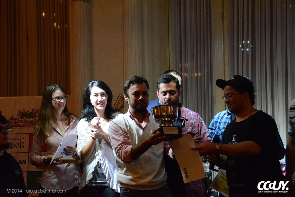 Aloisio Souza recebe a taça na Copa Sul Americana de Cervejeiros Caseiros (Foto: Ciro Varela)