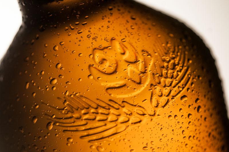 Garrafa desenhada com exclusividade para a Coruja mostra a marca em relevo (Foto: Divulgação)