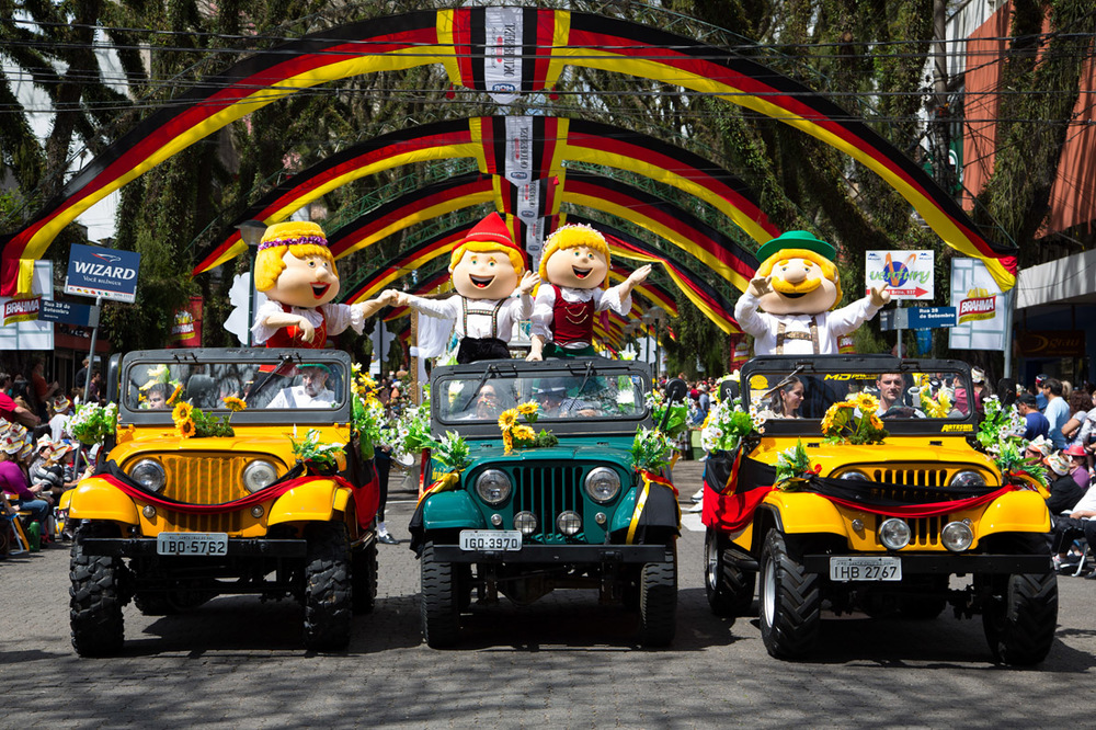 Os bonecos símbolos da Oktoberfest de Santa Cruz no desfile (Foto: Rodrigo Assmann/Divulgação)