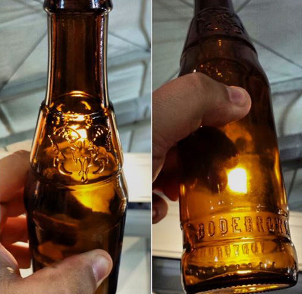 O destaque da garrafa é a caveira de bode, marca da cervejaria, em relevo (foto: divulgação)