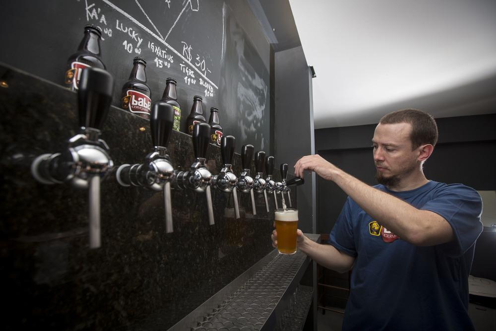 Cinco torneiras oferecem diariamente os rótulos produzidos pela babel e as outras cinco recebem cervejarias convidadas. na foto,Humberto Fröhlichproprietário da casa (foto:André Feltes)