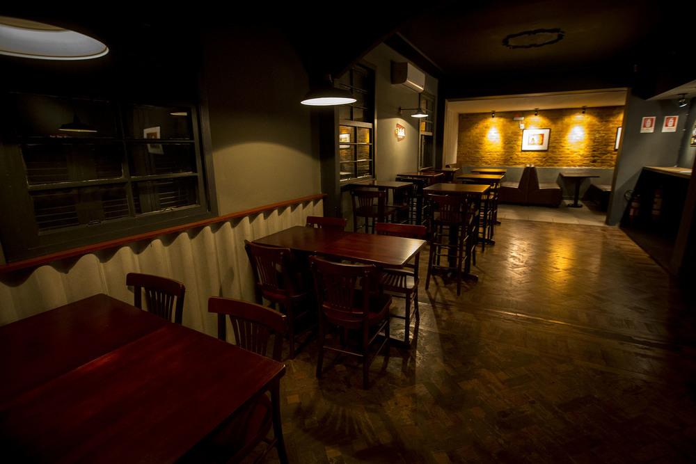 Inspirado no ambiente fabril, o pub usa elementos da cervejaria na decoração(FOTO:ANDRÉ FELTES)