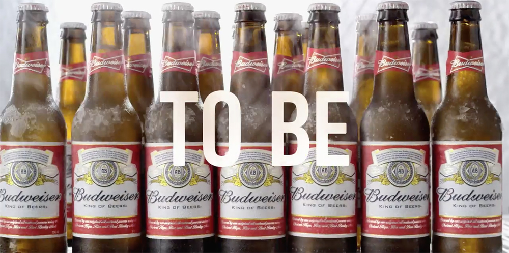 """Em vídeo, Budweiser se define """"orgulhosa de ser uma macrocervejaria"""" e desfila ironias contra as artesanais (Foto: Reprodução/YouTube)"""