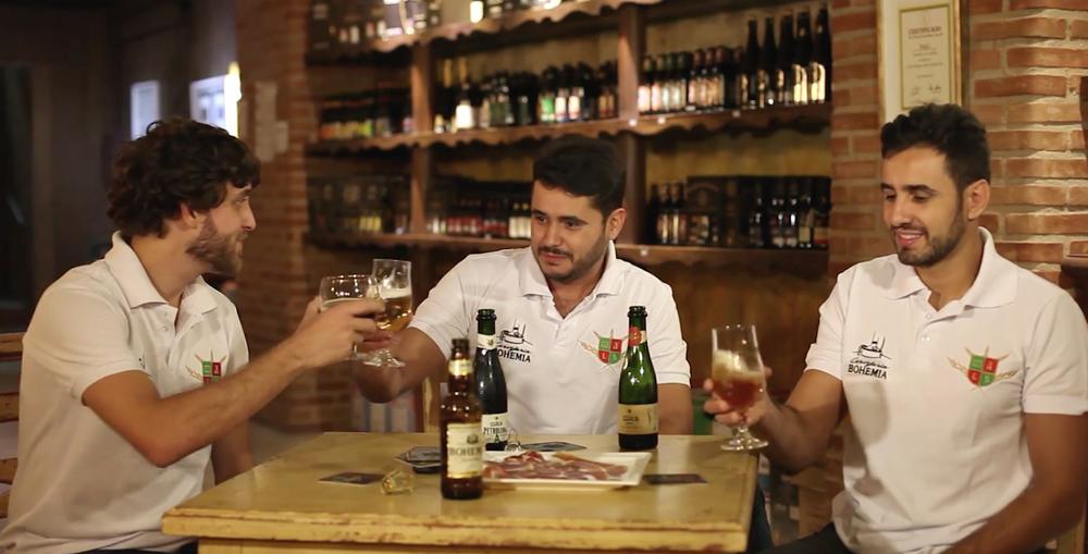 Em vídeo, o diretorda Bohemia Daniel Wakswaserbrindaunião com a cervejaria mineira, dos irmãos Tiago e José Felipe Carneiro (Foto: Reprodução)