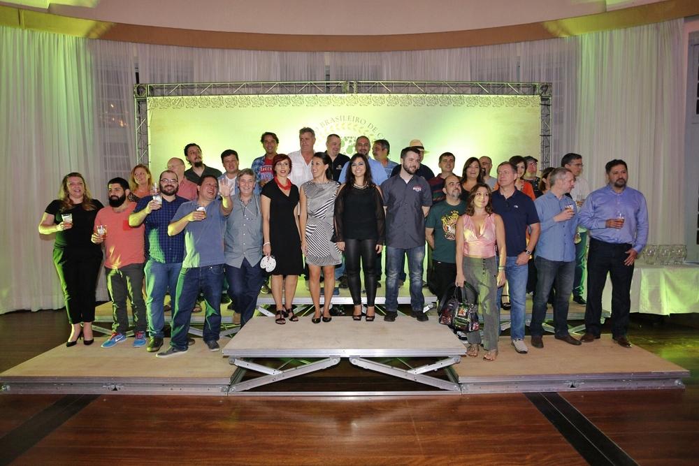 Jurados do Concurso Brasileiro de Cervejas posam para foto no início da cerimônia de premiação (Foto: Ricardo Jaeger/Beer Art)