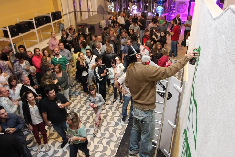 Artista Amaro Abreu fez um grafite durante a festa no interior da fábrica (Foto: Luiz Abreu/Divulgação)