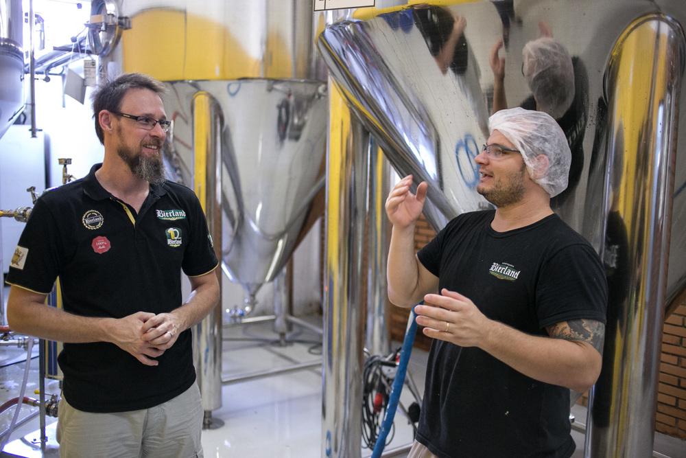 O gerente Rubens Deeke e o mestre-cervejeiro Osmar Faria reforçam a busca pela excelência (Foto: Ricardo Jaeger/Beer Art)
