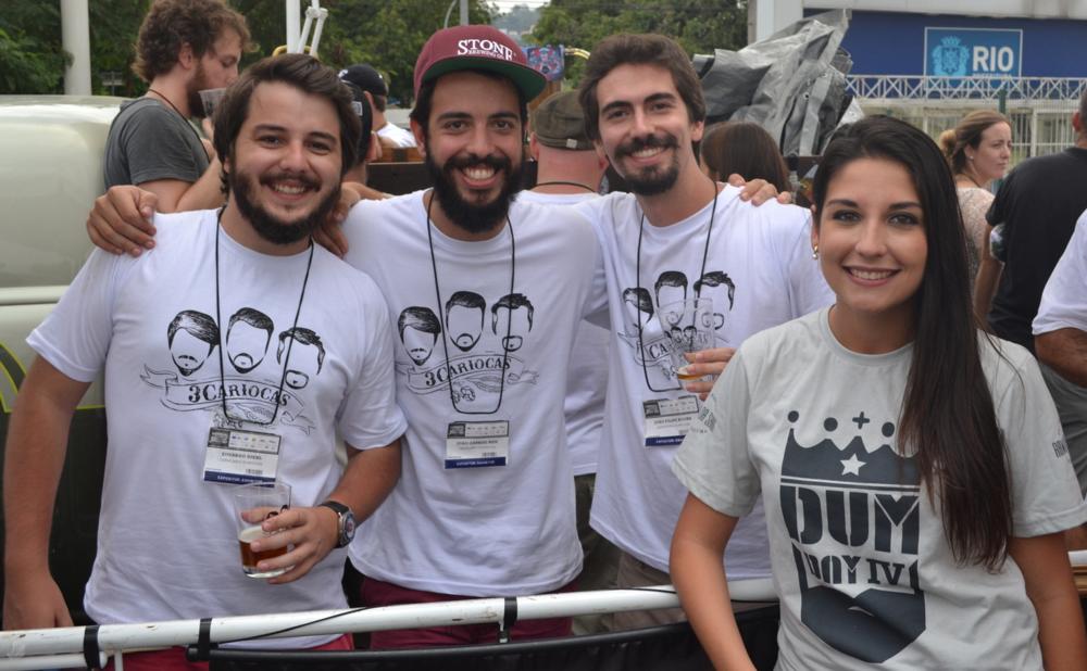 """Amanda com os """"3cariocas"""", que triunfaram no mais recente Mondial de la Bière (Foto: Maria Cevada)"""