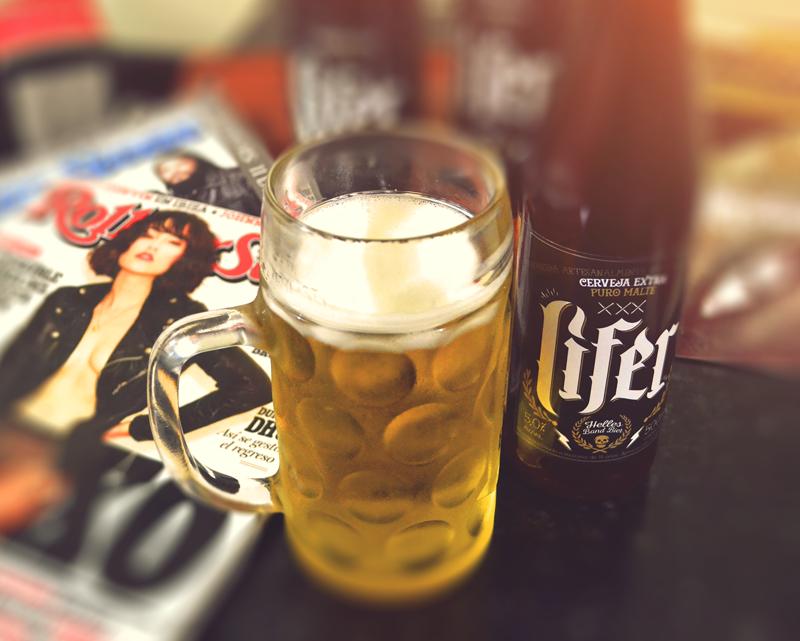 A cerveja Lifer possui teor alcoólico de 5,0%, coloração dourada e corpo leve (Foto: Divulgação)