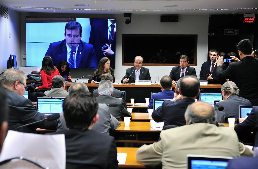 Durante duas horas, sessão analisou o parecer do deputado João Arruda, do PMDB-PR (Foto: Gabriela Korossy/Câmara dos Deputados)