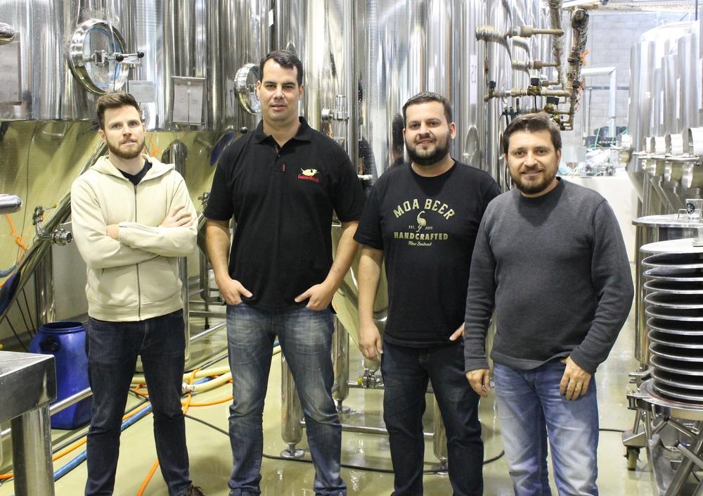 Ao centro na foto, Adolfo Bandeira e Pedro Braga, sócios-proprietários do Bier Markt, entre Alejandro Winocur (esq.) e Alessandro Oliveira, sócios-proprietários da Way Beer, na fábrica da cervejaria paranaense (Foto: Divulgação)