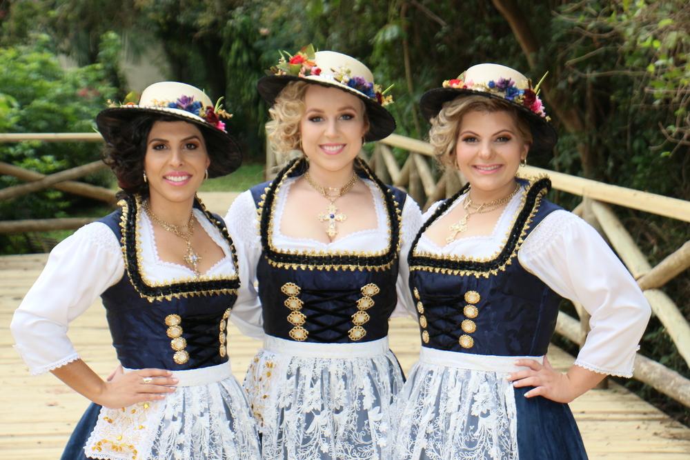 Soberanas da28ª Oktoberfest de Igrejinha/RS com o traje de passeio (Foto: Juliano Arnold / Divulgação)