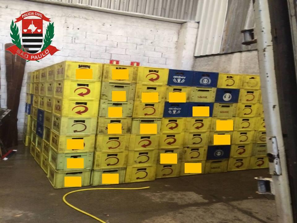 Cerveja falsificada foi descoberta por acaso, quando policiais buscavam envolvidos em crimes contra bancos (Foto: Divulgação/Polícia Civil SP)