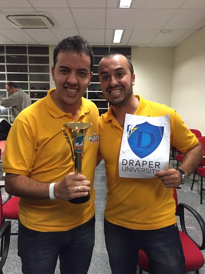 Rafael Alves eRenan Prado com o prêmio que vai levar o Pubers para o Vale do Silício (Foto: Divulgação)