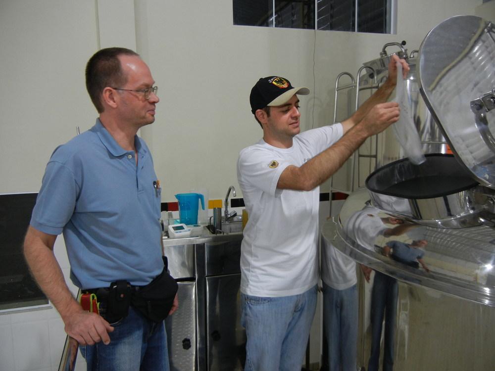 O mestre-cervejeiro Mathias Reinold e Marcel Longo (Foto: Divulgação)