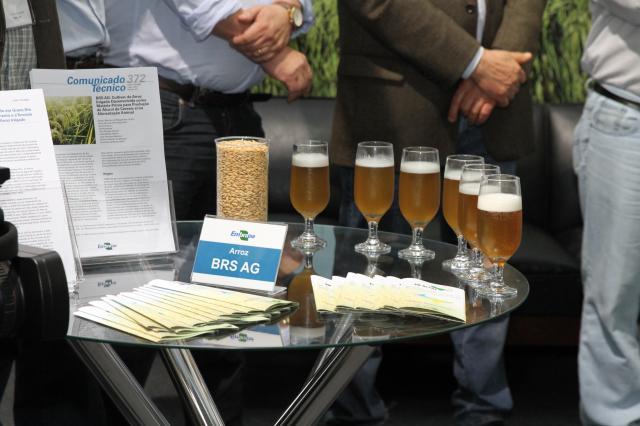 Cerveja apresentada no evento tem 40% de arroz e os 60% restantes com três tipos de malte de cevada (Foto:Paulo Lanzetta/Divulgação)