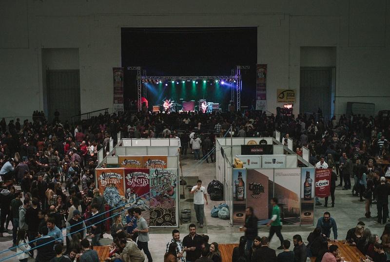 Além de shows, pavilhão do Centreventos Itajaí reuniu 17 cervejarias artesanais e sete opções de gastronomia (Foto: Gabriel Silveira/Divulgação)
