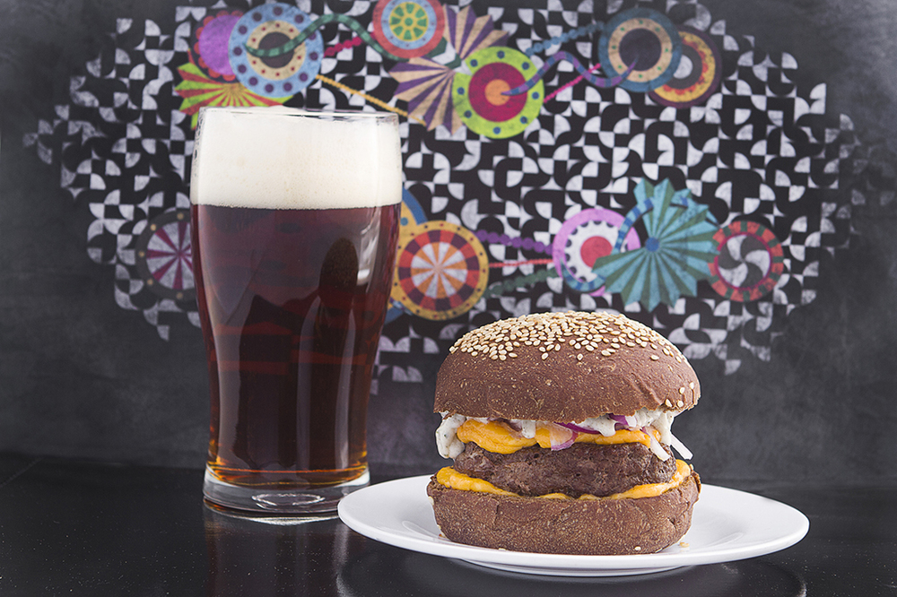 Gol da Alemanha (com a harmonização sugerida de búrguer de cordeiro) é uma das cervejas colaborativas que serão encontradas no festival no sábado, 3 de outubro (Foto: Divulgação)