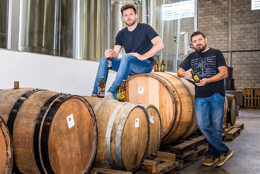 Alejandro Winocur e Alessandro Oliveira, os sócios-proprietários da Way Beer, consolidaram o projeto de exportação ao desenvolver cervejas especiais com foco no mercado externo (Foto: Priscilla Fiedler/Divulgação)