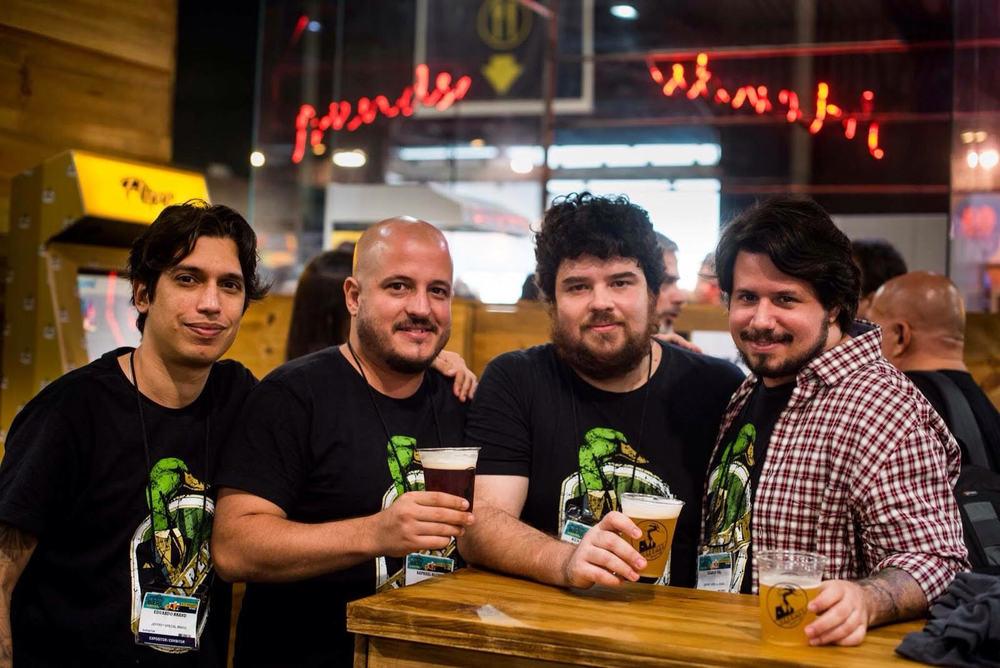 Sócios da Jeffey comemoram o bicampeonato na votação popular, com a Niña (Foto: Diego Batista/Divulgação)