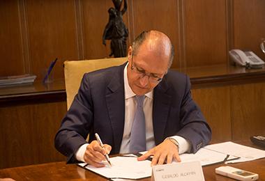 Governador Geraldo Alckmin sancionou projetos que no conjunto reduzem ICMS de medicamento genérico, aumentam o de cerveja e cigarro e criam fundo assistencial (Foto: Divulgação/Governo SP)