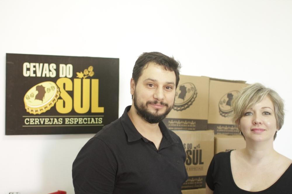 Empreendimento foi concebido pelo casal Anderson Jaques, sommelier com experiência na área comercial, e Carolina Esteves, que cuida do design e do marketing digital da cevasdosul.com.br (Foto: Altair Nobre/Beer Art)
