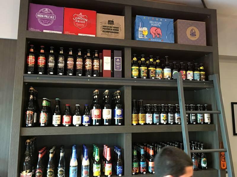 Loja de 22 metros quadrados em Aracaju (SE) conta com 140 rótulos de cervejas especiais (Foto: Divulgação)