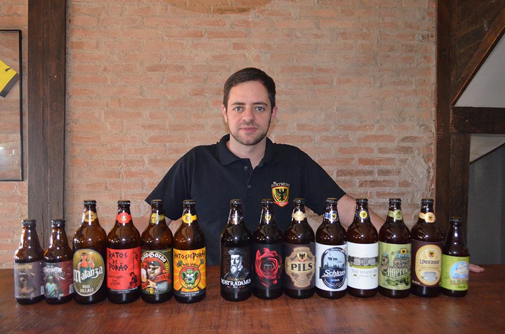 Marcelo Longo, da Dortmund, com a linha da cervejaria (Foto: Divulgação)
