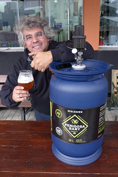 Samuel com um dos chopes que estreiam o novo barril (Foto: Divulgação)