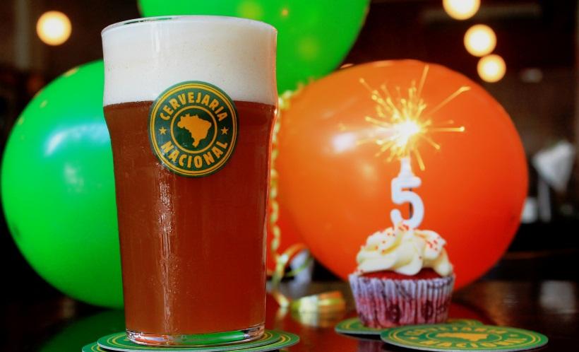 Cerveja feita em conjunto pelos próprios empregados da casa é destaque no aniversário (Foto: Divulgação)