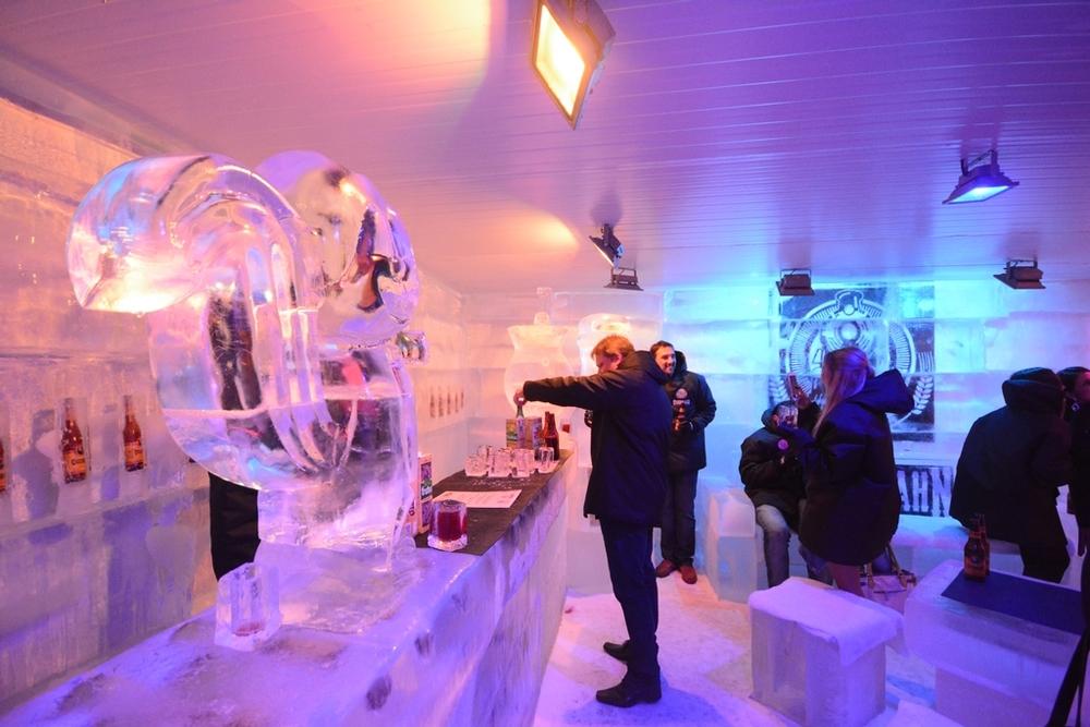 Desde os bancos até os copos, tudo é feito de gelo dentro do Ice Bar (Foto: Paolo Reis/Divulgação)