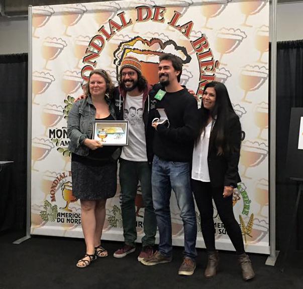Dois representantes do trio da cervejaria carioca recebendo a medalha em Montreal (Foto: Divulgação/Mondial de La BIère)