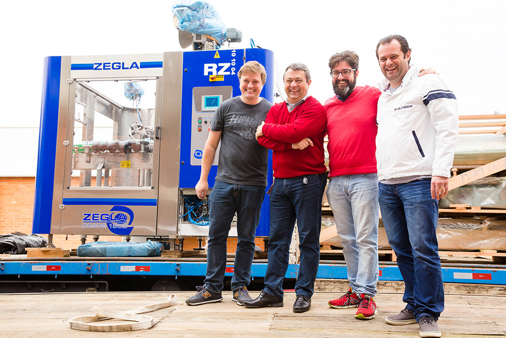 Fernando Lapolli, Valmir Zanetti, Carlo Lapolli e Ulysses Kreutzfeld comemoram a chegada dos equipamentos (Foto: Divulgação/Daniel Zimmermann)