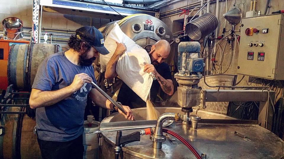 Produção das novas cervejas colaborativas ocorreu na Kaapse Browers, em Roterdã (Foto: Divulgação)