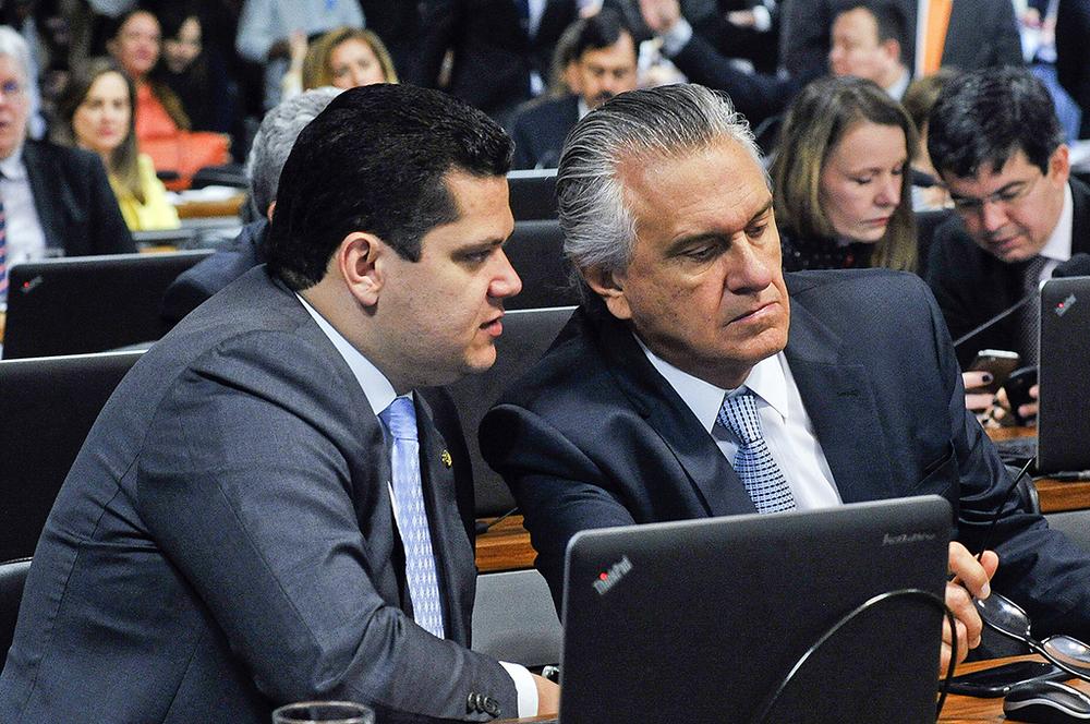 O senador Ronaldo Caiado (à dir. na foto) pediu mais tempo para analisar os últimos ajustes no texto do Supersimples (Foto: Geraldo Magela/Agência Senado)