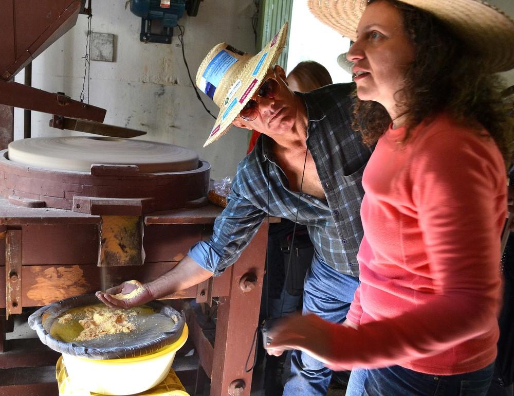 Experiência incluiu debulhar milho para moagem de fubá em fazenda sustentável (Foto: Divulgação)