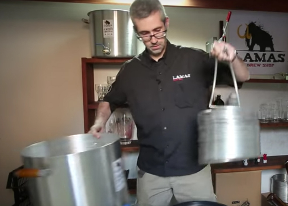 Cervejeiros da Lamas, com 10 anos de experiência com produção de cervejas artesanais, compartilham seu aprendizado em demonstração no dia 13 de julho (Foto: Reprodução/Canal Lamas TV no YouTube)