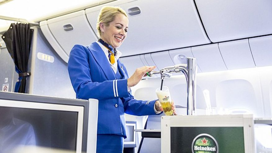"""Para oferecer cerveja """"on tap"""" em voo cruzeiro, a Heineken teve de desenvolver um novo tipo de dispensador (Foto: Reprodução)"""