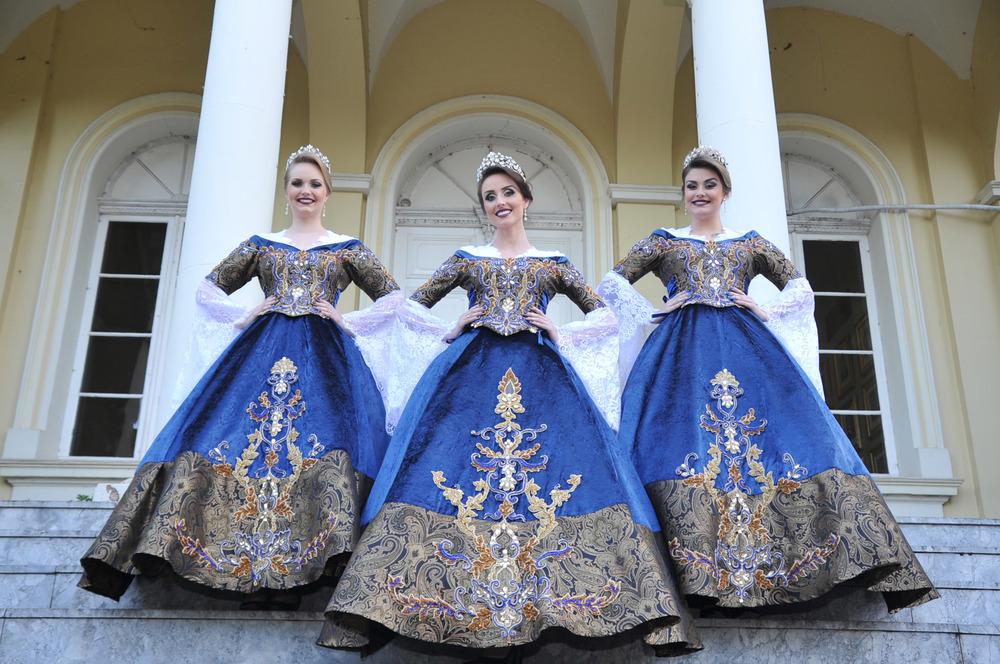Ana Carolina, Cíntia e Aíscha desfilaram com trajes oficiais (Foto: Rodrigo Assmann/Divulgação)