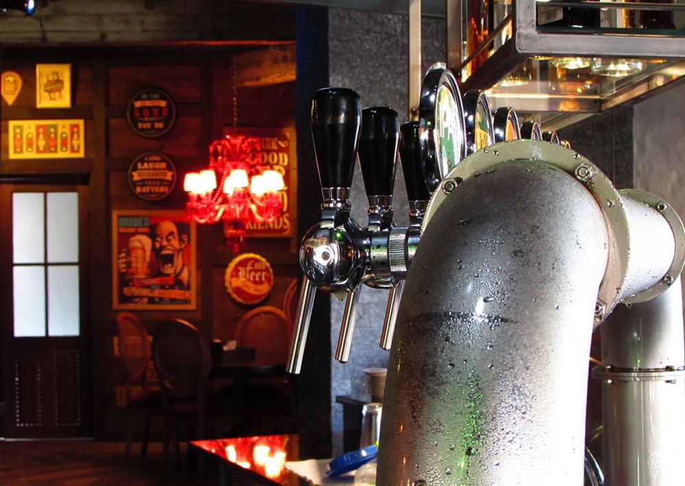 O carro-chefe é o chope da linha da Edelbrau,que acompanha opções de petiscos, pratos à la carte servidos à noite e almoço colonial aos sábados e domingos (Foto: Divulgação)