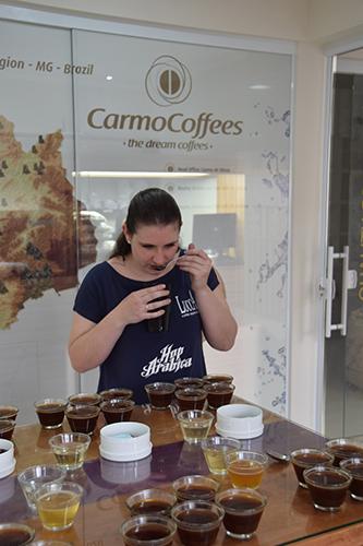 Carolina, em Carmo de Minas, na Carmo Coffees,escolhe o cafépara a Hop Arabica, em junho de 2014 (Foto: Divulgação)