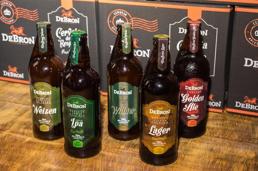 Os cinco estilos de cerveja da DeBron Bier agora são oferecidos em garrafas, e com controle de colarinho (Foto: Divulgação)