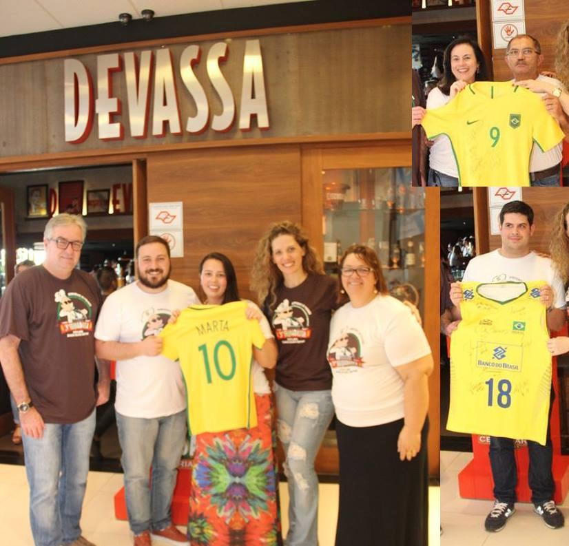 Os vencedores do leilão beneficente posam entre os organizadores (Fotos Divulgação)
