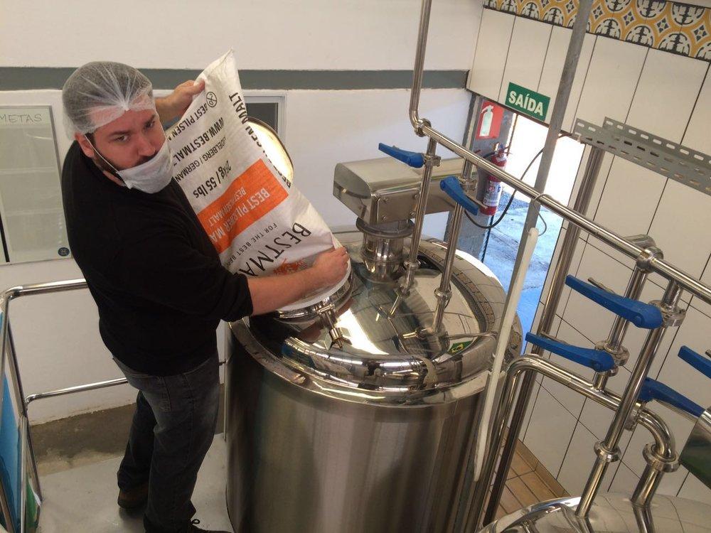 Luis Nascimento, que dá aulas regulares sobre como fazer cerveja caseira e contabiliza já ter formado mais de mil homebrewers, explica que não gosta de repetir receitas (Foto: Divulgação)