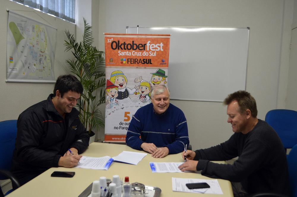 A assinatura do contrato entre a cervejaria e os organizadores da Oktoberfest (Foto: Divulgação)