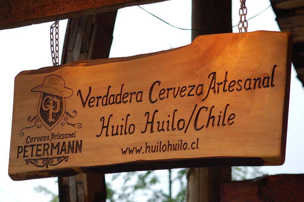 As boas-vindas da cervejaria a 200 metros da entrada principal da recepção de Huilo Huilo (Foto: Divulgação)