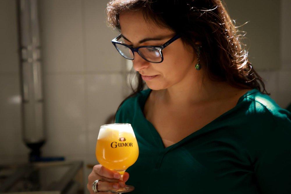 Gabriela Montandon é bióloga, cofundadora da Cerveja Grimor, de Minas Gerais, juíza internacional de cervejas e doutora em Microbiologia com pesquisa na UFMG e no Laboratory of Enzyme, Fermentation and Brewing Tecnhnology, KU Leuven – Campus Gent na Bélgica, onde desenvolveu a primeira levedura brasileira utilizada em cerveja em escala comercial