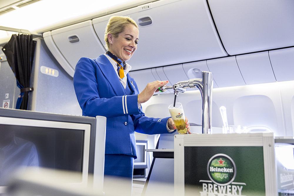 Para os mais ansiosos, a companhia avisa que vai demorar para o carrinho de chope se tornar padrão em todos os voos da KLM (Foto: Divulgação)